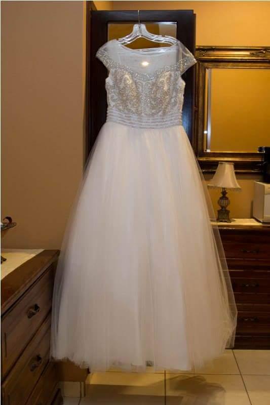 Bello vestido de novia, estilo princesa con un toque de pedrería en la parte superior. usado solo una vez
