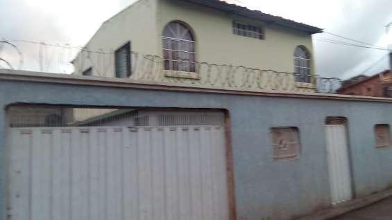 Amplia casa, ubicación muy accesible
